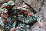 武警官兵抢险途中被余震山石砸伤