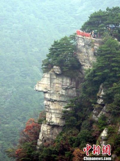 庐山崖壁现逼真巨人头像 五官轮廓清晰 - 江湖如烟 - 江湖独行侠