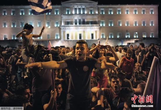 图为希腊雅典希腊公投反对者欢呼庆祝胜利。