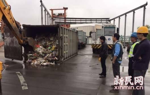 女子3万美金误当垃圾扔掉 环卫从10多吨垃圾中找回