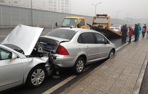 1月31日早晨,北京,冻雨致道路湿滑,望京到太阳宫高架(阜通东大街)100多辆车连环追尾,该路彻底瘫痪。…