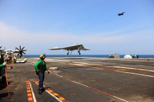 美军X-47B无人机首次在航母上阻拦着舰(图)