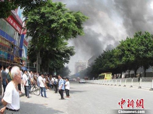 爆炸现场还有浓烟冒出高荣权摄