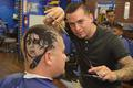 美国理发师在顾客头上剃梦露等名人头像(图)