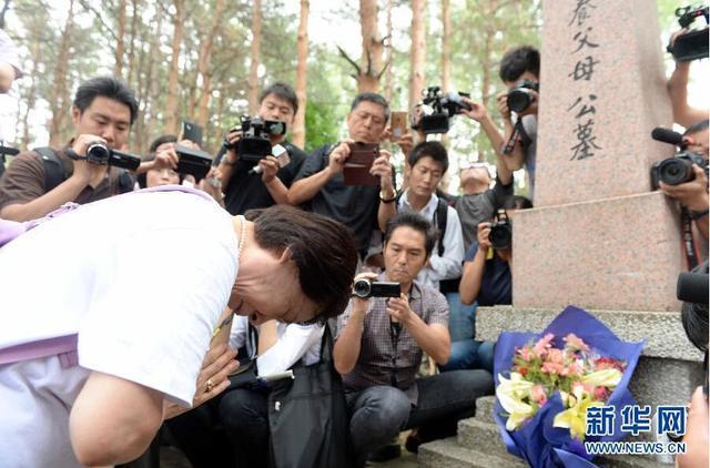 日本遗孤在哈尔滨祭拜中国养父母公墓 激动泪流(组图)