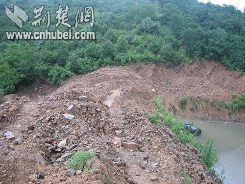 湖北鄂州卢湾村大面积山体滑坡 村民忧心溃堤