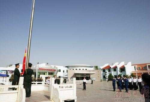"""昨日,神舟九号航天员梯队队员在位于酒泉卫星发射中心的航天员公寓""""问天阁""""举行了隆重的升国旗仪式,并参加植树活动。"""