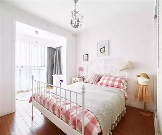 和主卧一样,宝宝的房间也只用简单的装饰画点缀墙面,阳台则设置成了