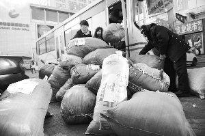爱心人士帮忙卸下捐赠的衣物。