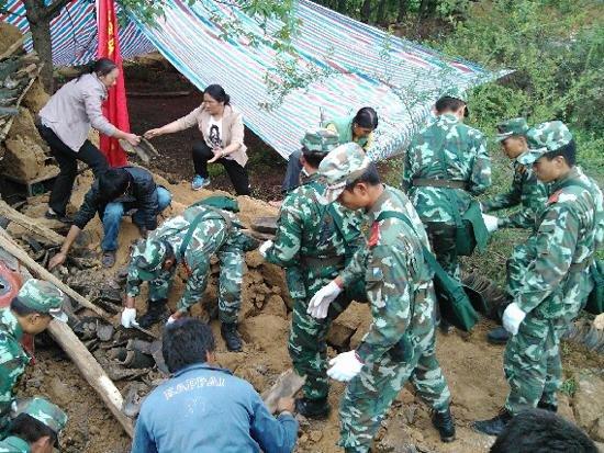 成都军区某工兵团地震救援队紧急赴云南救灾