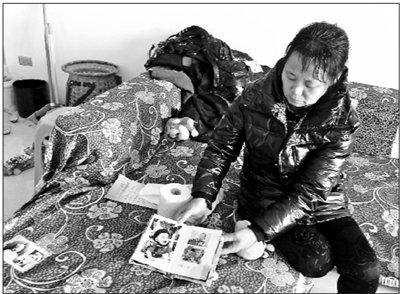 原原的奶奶在翻看孩子的照片