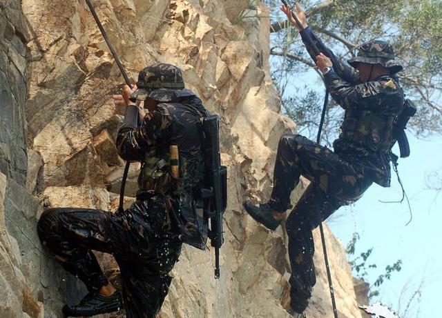 军事资讯_军事新闻热点探访驻澳门特种连:无保护10秒爬上13米楼