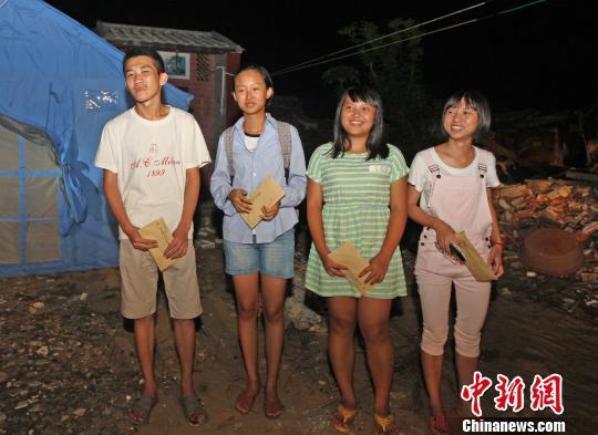 文昌四名接受省委书记、省长资助的大学新生。汪承贤摄