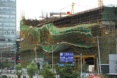 北京一工地脚手架坍塌两人受伤 负责人:刮风导致