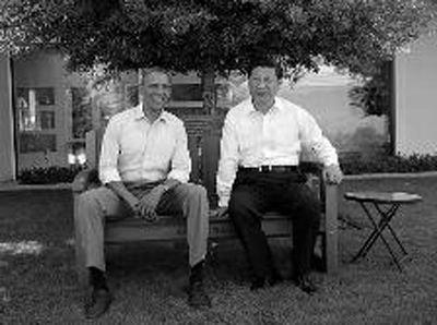 当地时间6月8日上午,奥巴马将加利福尼亚州红杉木椅赠送给习近平 新华社记者 兰红光 摄