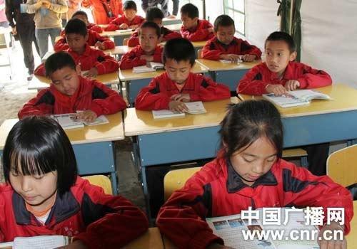云南盈江地震灾区第一所帐篷学校建成(组图)