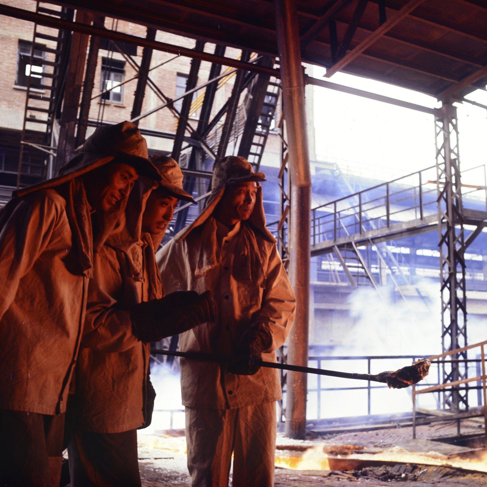 1965年,首钢工人在工作。
