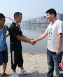 被救起的3位溺水少年向退伍军人万海松致谢