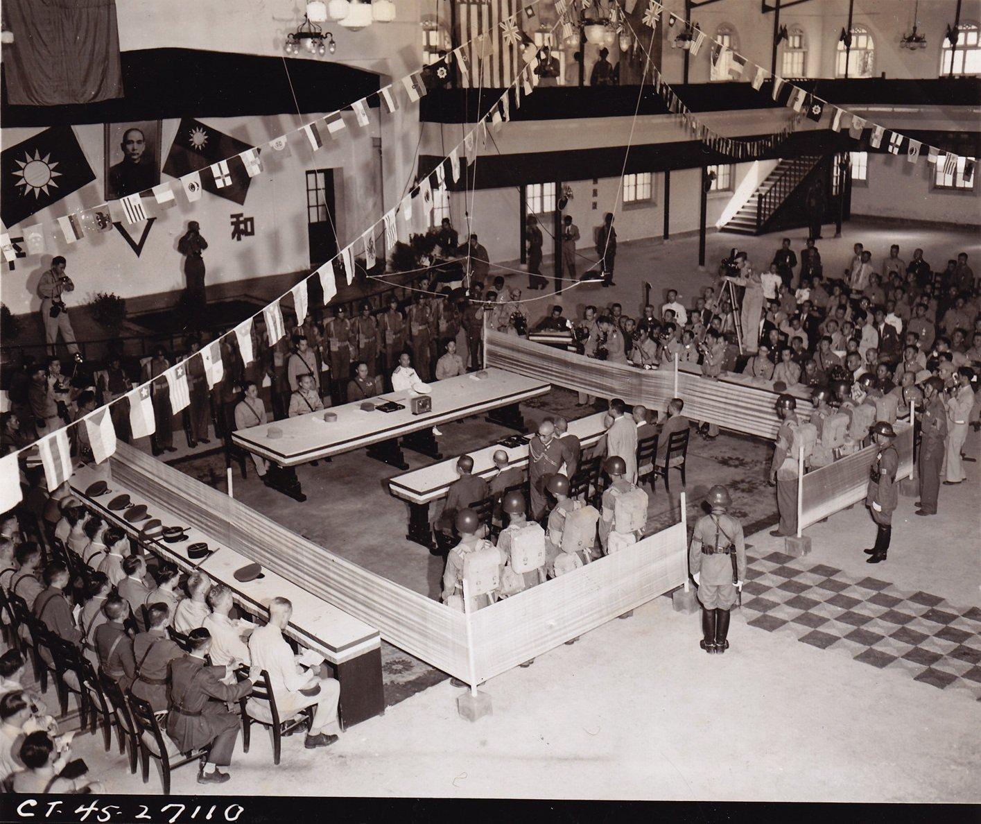 日军签署投降书的全景。洛布中尉拍摄于南京中央军校礼堂的二层环廊上,1945年9月9日。