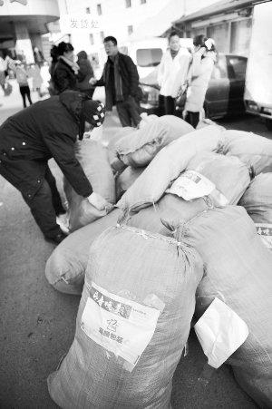 捐赠的衣物已经运到物流公司准备发运。