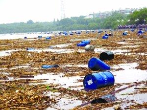 昨日,松花江吉林市区段漂浮着上千化工桶。