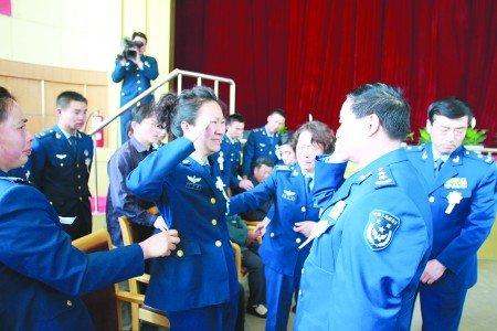 飞行员为免飞机坠落市区牺牲 追悼会上办婚礼