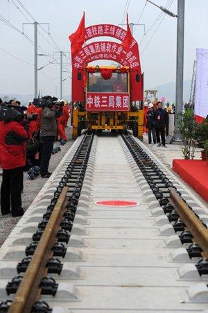 京沪高速铁路全线铺通