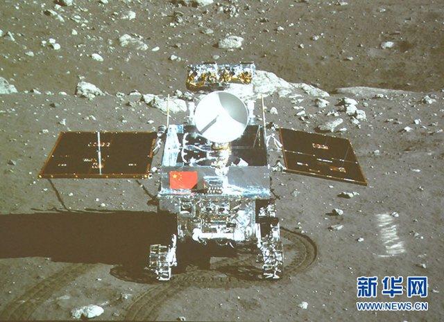 嫦娥成功与玉兔号月球车互拍 五星红旗亮相月面
