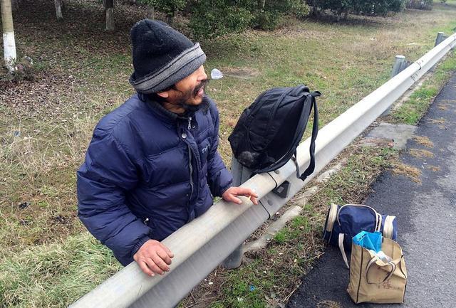 男子打工没赚钱 爬进高速欲徒步回家过年(图)