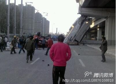 哈尔滨阳明滩大桥引桥发生坍塌 四辆货车坠落