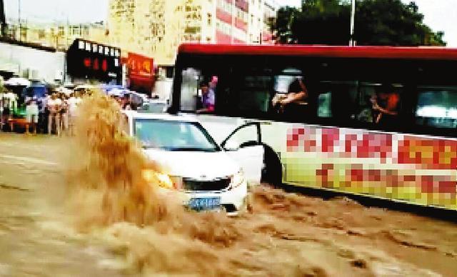 陕西榆林降暴雨 公交司机用车挡住被冲走小车