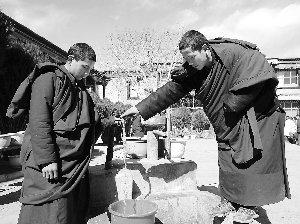"""西藏僧人:寺庙""""九有""""方便了我们的生活"""