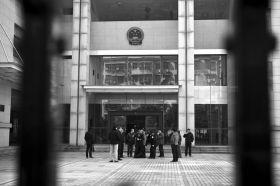 1月22日,资兴市人民法院,庭审结束,旁听的人走出法院。图/记者蒋丽梅