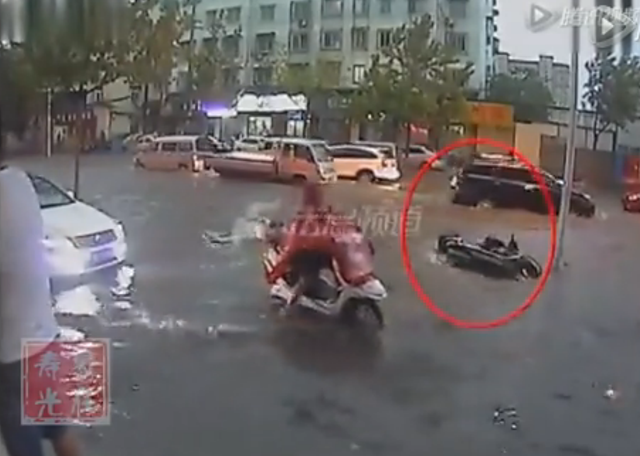 老人骑车跌倒浸入积水路面 无人帮扶最终身亡