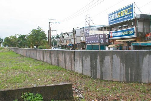 宜兰桥头筑防洪墙被批又高又丑,遮去河景又影响行车视线。台湾《联合报》记者罗建旺/摄影