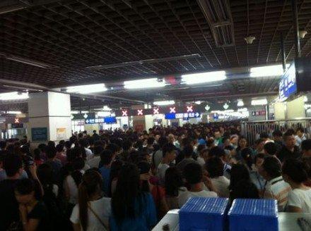 高清图—20120705北京地铁一号线双线停运 大量乘客滞留