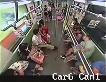 上海地铁一名老外晕倒 乘客无一相助仓皇逃窜