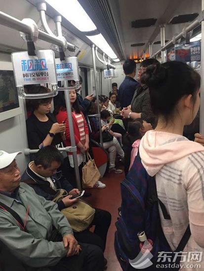 轨交11号线龙华站,上车乘客较少,车厢内环境较为宽敞。