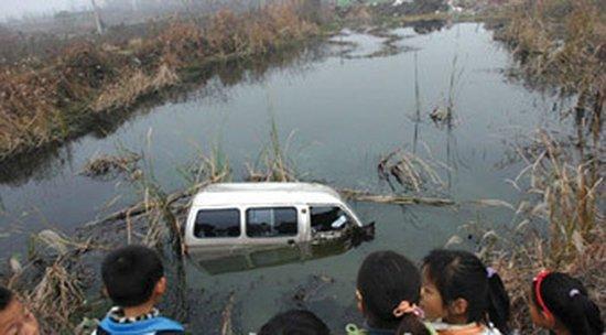 江西幼儿园校车侧翻坠入水塘 已有11人遇难