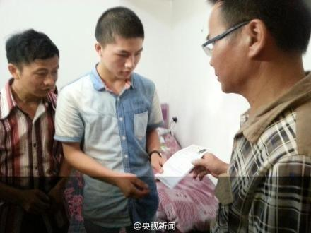 5月31日,江西宜春一男子在公交车上持刀行凶,柳艳兵、易政勇奋不顾身勇斗持刀歹徒。因伤情严重,他们错过了高考。
