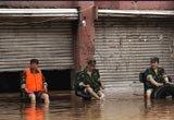 治安人员轻松面对洪水到来