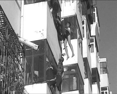 女子5楼跳楼轻生 坠下瞬间被4楼男子拽住(图)