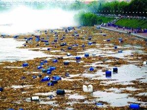 漂浮在松花江中的化工厂原料桶。 新华社发