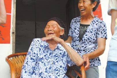 四川孤寡老人迎110岁生日 同村夫妻照顾其18年