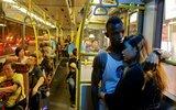 非洲难民香港踢球抱得美人归