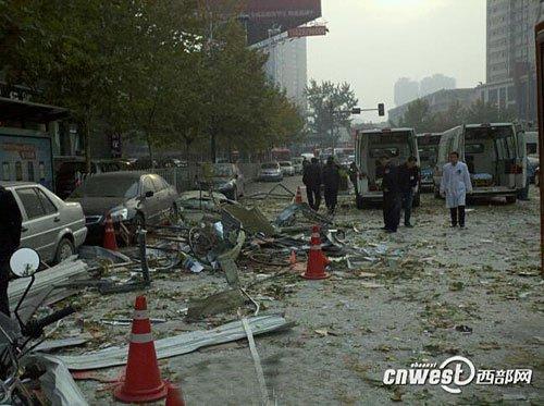 西安南郊一大楼发生爆炸 楼前公交车站被摧毁