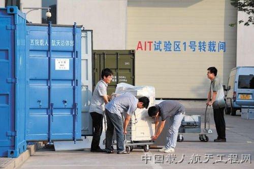 天宫一号发射实验队队员正在进行最后的装箱工作。图片来源:中国载人航天工程网