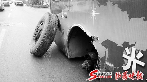 公共汽车的轮子-砰 的一声巨响公交车突然 崴 了脚高清图片