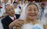 28对金婚夫妇办集体婚礼 年过古稀第一次穿婚纱