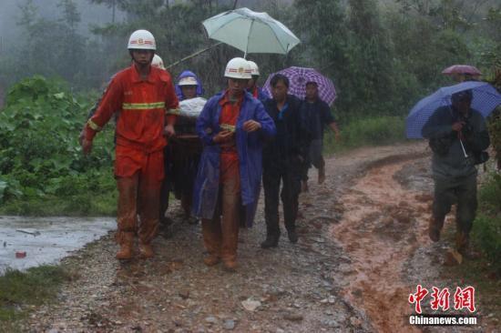 图为消防官兵进行救援。 中新社发 钟欣 摄